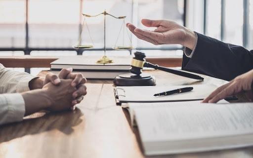 Denunciar a una compañía de seguros de vía arbitral o judicial defender